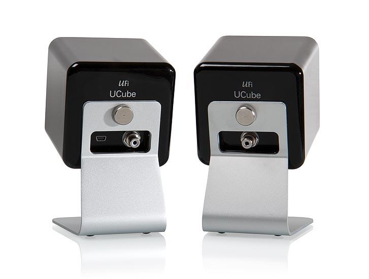 Virta ja signaali USB:llä, musiikki stereoparin paremmalle puoliskolle RCA:lla.