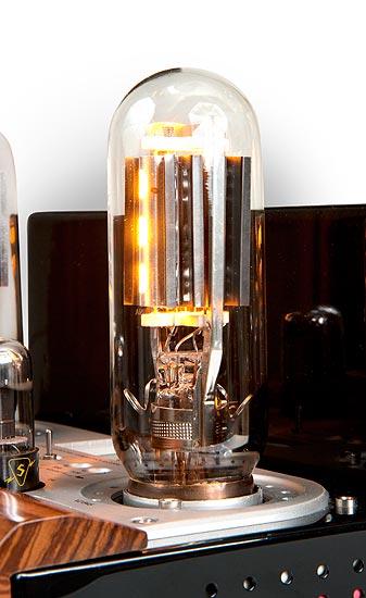 845:t hohtavat lämmintä valoa pääteputkiksi paljon.