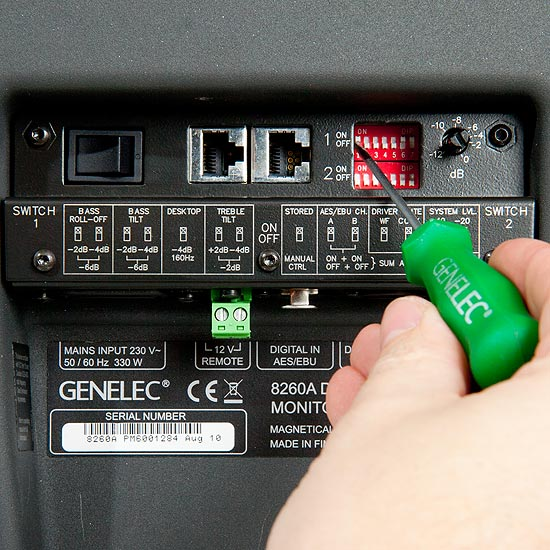 Genelec 8260A on suunniteltu kalibroitavaksi huoneeseen AutoCal-ohjelmistolla. Tutut dipit äänensävyn muokkaukseen ovat edelleen olemassa, mutta niillä saatava korjaus huomattavasti DSP:llä tehtävää karkeampi.