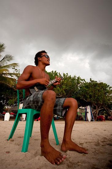 Paikalliselle Tigerille lainattu ukulele riemastuttaa Kuta Beachilla