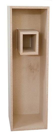 Keskiäänielementille tarvitaan bassokotelon sisälle oma suljettu kotelonsa. Sellaiseksi sopii yksinkertainen poikkileikkaukseltaan noin 130 x 130 -millinen kanava etulevystä takalevyyn. Prototyypin kanava tehtiin neljästä 170mm leveästä levystä.