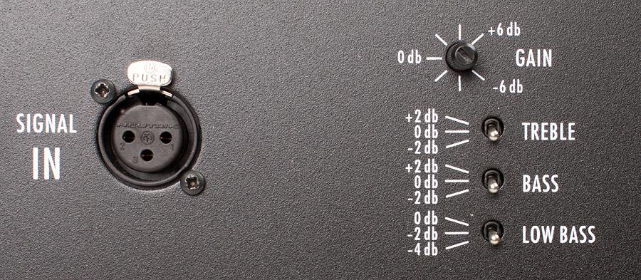 Kunnolliset säädöt mahdollistavat äänensävyn sovittamisen sijoituksen ja tilan akustiikan mukaan. Kuvassa ei näy ketjuttamisen mahdollistava Signal Out -liitin.