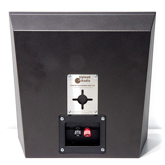 Takana oleva kiinnityshela mahdollistaa kaiuttimen asentamisen miten päin vain yhden seinään kiinniteryn ruuvin varaan.