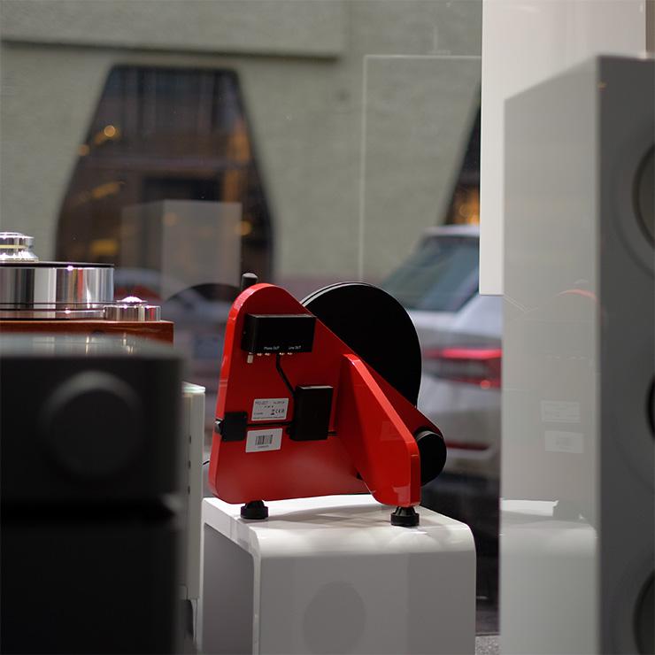 audiokauppa-punainen-levysoitin-seinalle-8887